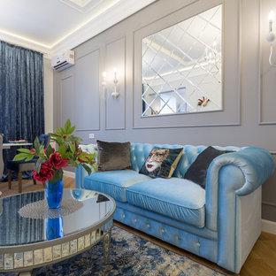 Идея дизайна: гостиная комната среднего размера в стиле фьюжн с серыми стенами, паркетным полом среднего тона и коричневым полом