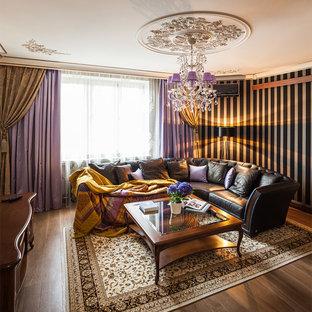 Стильный дизайн: гостиная комната в классическом стиле с разноцветными стенами, паркетным полом среднего тона и коричневым полом - последний тренд