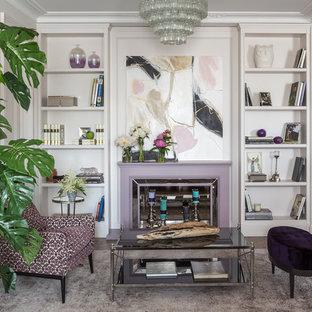 Новые идеи обустройства дома: большая гостиная комната в стиле современная классика с темным паркетным полом, фасадом камина из дерева, коричневым полом и белыми стенами