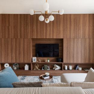 На фото: гостиная комната в современном стиле с белыми стенами, телевизором на стене и деревянными стенами