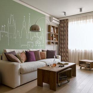 Неиссякаемый источник вдохновения для домашнего уюта: изолированная гостиная комната среднего размера в современном стиле с зелеными стенами, светлым паркетным полом и бежевым полом