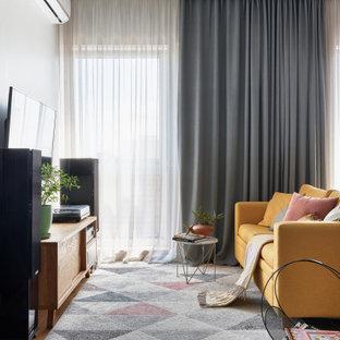 Неиссякаемый источник вдохновения для домашнего уюта: открытая гостиная комната среднего размера в современном стиле с коричневыми стенами, светлым паркетным полом и телевизором на стене