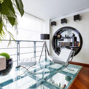 Новые идеи обустройства дома: двухуровневая гостиная комната в современном стиле с библиотекой и белыми стенами