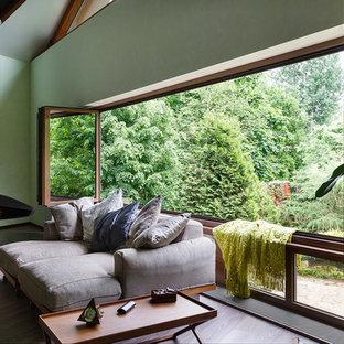 Foto di un soggiorno contemporaneo di medie dimensioni con pareti bianche e camino sospeso