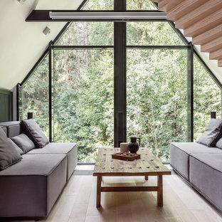 Неиссякаемый источник вдохновения для домашнего уюта: гостиная комната в современном стиле с светлым паркетным полом и бежевым полом