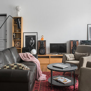 Идея дизайна: открытая гостиная комната в скандинавском стиле с белыми стенами, паркетным полом среднего тона, отдельно стоящим ТВ и коричневым полом