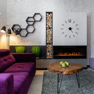 Ejemplo de biblioteca en casa abierta, ecléctica, de tamaño medio, con paredes blancas, suelo laminado, chimenea lineal, televisor independiente, suelo gris y marco de chimenea de metal
