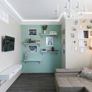 Выдающиеся фото от архитекторов и дизайнеров интерьера: открытая гостиная комната в стиле современная классика с темным паркетным полом, телевизором на стене и коричневым полом
