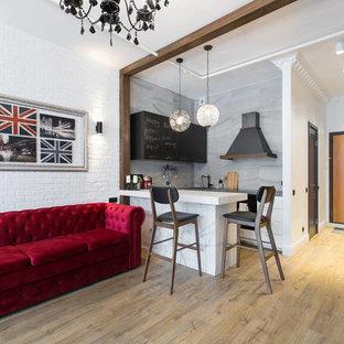 Imagen de salón para visitas abierto, ecléctico, pequeño, con suelo laminado, suelo marrón y paredes blancas