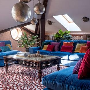 Стильный дизайн: гостиная комната в стиле фьюжн с ковровым покрытием - последний тренд