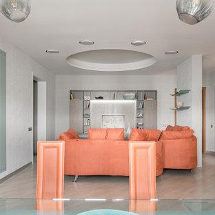 Mittelgroßes, Offenes Modernes Wohnzimmer mit grauer Wandfarbe, hellem Holzboden, weißem Boden, eingelassener Decke und Tapetenwänden in Moskau