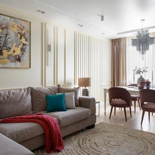 Свежая идея для дизайна: гостиная комната в современном стиле с бежевыми стенами, светлым паркетным полом и бежевым полом - отличное фото интерьера