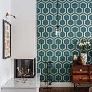 Стильный дизайн: открытая гостиная комната в современном стиле с разноцветными стенами, темным паркетным полом, угловым камином, фасадом камина из штукатурки и коричневым полом - последний тренд