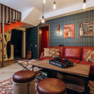 Идея дизайна: гостиная комната в стиле фьюжн с синими стенами, светлым паркетным полом, бежевым полом и обоями на стенах