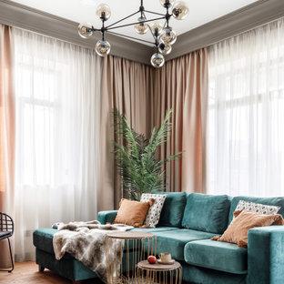 Immagine di un grande soggiorno stile rurale aperto con sala della musica, pareti beige, pavimento in gres porcellanato, pavimento grigio e travi a vista