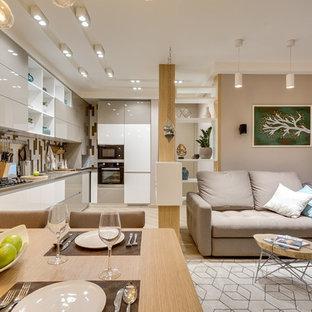 Неиссякаемый источник вдохновения для домашнего уюта: открытая гостиная комната в современном стиле с бежевыми стенами, светлым паркетным полом и бежевым полом