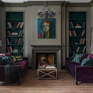 Неиссякаемый источник вдохновения для домашнего уюта: парадная, открытая гостиная комната среднего размера в стиле современная классика с серыми стенами, полом из керамической плитки, стандартным камином, фасадом камина из камня и коричневым полом