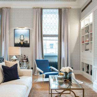 Пример оригинального дизайна: гостиная комната в стиле современная классика с серыми стенами, светлым паркетным полом и бежевым полом