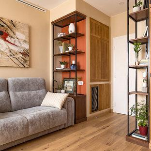 Стильный дизайн: парадная, изолированная гостиная комната в современном стиле с бежевыми стенами и светлым паркетным полом - последний тренд
