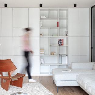 Источник вдохновения для домашнего уюта: гостиная комната среднего размера в стиле модернизм с серыми стенами, паркетным полом среднего тона и коричневым полом