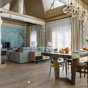 Пример оригинального дизайна: большая двухуровневая, парадная гостиная комната в стиле рустика с бежевыми стенами, паркетным полом среднего тона, отдельно стоящим ТВ и потолком из вагонки