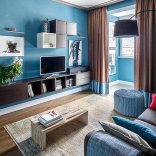 На фото: гостиные комнаты в современном стиле с синими стенами, паркетным полом среднего тона и коричневым полом