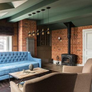 Inspiration för klassiska vardagsrum, med en öppen vedspis, brunt golv, ett finrum, röda väggar och mörkt trägolv