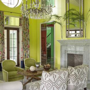 Foto di un soggiorno tropicale con pareti verdi e camino classico