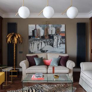 Идея дизайна: гостиная комната в стиле фьюжн с коричневыми стенами, темным паркетным полом и коричневым полом