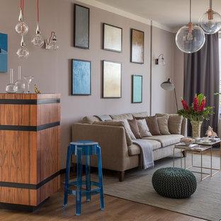 Свежая идея для дизайна: гостиная комната в современном стиле с паркетным полом среднего тона, домашним баром и серыми стенами - отличное фото интерьера