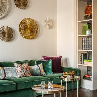 Стильный дизайн: гостиная комната среднего размера в стиле современная классика с бежевыми стенами, паркетным полом среднего тона и коричневым полом - последний тренд