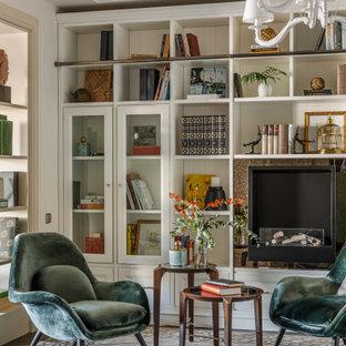 Идея дизайна: гостиная комната среднего размера в стиле неоклассика (современная классика) с с книжными шкафами и полками, бежевыми стенами, паркетным полом среднего тона, печью-буржуйкой, фасадом камина из металла и коричневым полом