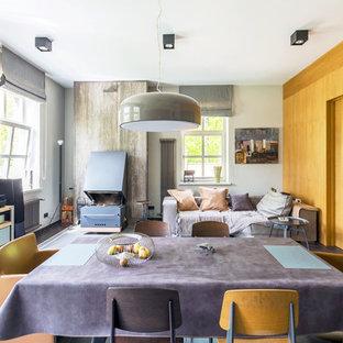 На фото: большая открытая гостиная комната в современном стиле с серым полом, желтыми стенами и фасадом камина из металла с