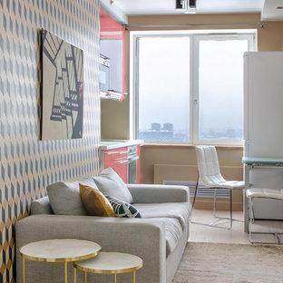 Idee per un piccolo soggiorno minimal aperto con pareti beige, pavimento in laminato e pavimento beige