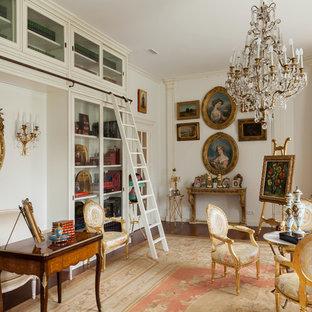 Свежая идея для дизайна: гостиная комната в классическом стиле с библиотекой, белыми стенами и ковровым покрытием - отличное фото интерьера