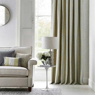 На фото: гостиные комнаты в современном стиле с белыми стенами и белым полом