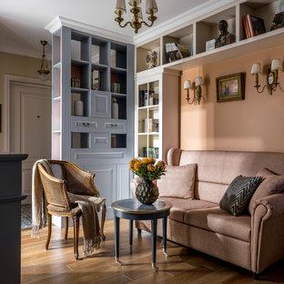 Идея дизайна: гостиная комната в классическом стиле с бежевыми стенами, паркетным полом среднего тона и коричневым полом