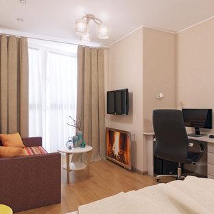Foto de salón cerrado, contemporáneo, de tamaño medio, sin chimenea, con paredes beige, suelo laminado, televisor colgado en la pared y suelo naranja