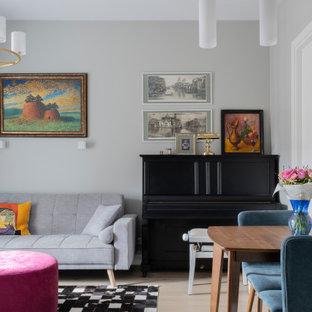На фото: маленькая изолированная гостиная комната в современном стиле с музыкальной комнатой, серыми стенами, светлым паркетным полом и бежевым полом без камина с