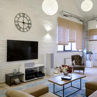 Idee per un grande soggiorno industriale stile loft con libreria, pareti bianche, pavimento in laminato, TV a parete e pavimento beige