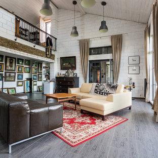 Modelo de salón abierto, ecléctico, grande, sin televisor, con paredes blancas