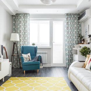 Новый формат декора квартиры: изолированная гостиная комната в скандинавском стиле с белыми стенами, темным паркетным полом, отдельно стоящим ТВ и серым полом