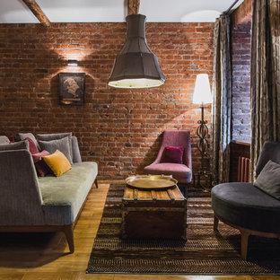 Foto de salón para visitas abierto, industrial, sin televisor, con suelo de madera en tonos medios y paredes marrones