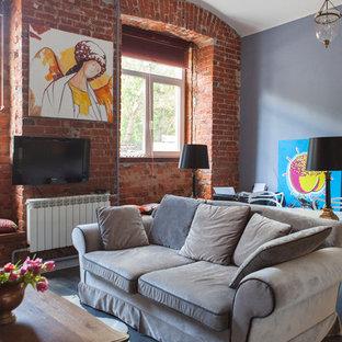 Новый формат декора квартиры: открытая гостиная комната в стиле лофт с разноцветными стенами, темным паркетным полом и телевизором на стене