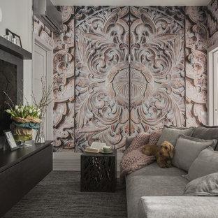 Новые идеи обустройства дома: маленькая открытая, парадная гостиная комната в современном стиле с серыми стенами, светлым паркетным полом, телевизором на стене и белым полом без камина