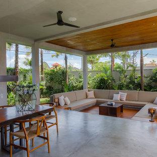 Стильный дизайн: гостиная комната в морском стиле с серыми стенами, бетонным полом и серым полом - последний тренд