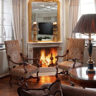 Свежая идея для дизайна: большая изолированная гостиная комната в классическом стиле с бежевыми стенами, темным паркетным полом, фасадом камина из камня и угловым камином - отличное фото интерьера