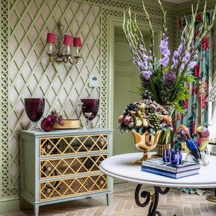 На фото: гостиная комната в классическом стиле с зелеными стенами и бежевым полом с