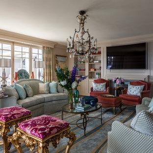 Стильный дизайн: изолированная гостиная комната в стиле современная классика с бежевыми стенами, паркетным полом среднего тона, телевизором на стене и бежевым полом - последний тренд