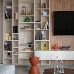 Свежая идея для дизайна: открытая гостиная комната в современном стиле с коричневыми стенами, телевизором на стене, серым полом и деревянными стенами - отличное фото интерьера